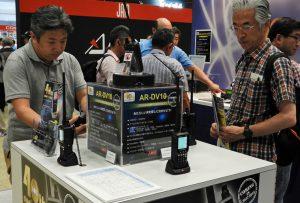 AR-DV10 の展示機を操作するユーザー